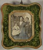 Visualizza Frau mit zwei Kindern im Arm steht vor einem … anteprime su