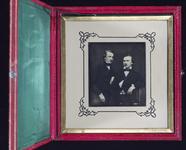 Visualizza Zwei junge Männer, einer neben einem Tisch si… anteprime su