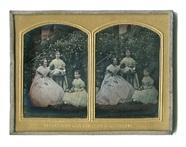 Visualizza Porträt einer unbekannten Frau mit Töchtern i… anteprime su