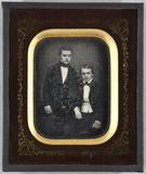 Visualizza Zwei junge Herren, einer sitzend, der andere … anteprime su
