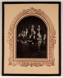 Visualizza Group portrait of the Bartels family posed on… anteprime su