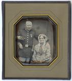 Visualizza Älteres Ehepaar. Der Mann in Uniformjacke mit… anteprime su