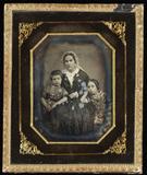 Visualizza Mutter mit ihren beiden Kindern, sie sitzend,… anteprime su