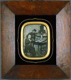 Miniaturansicht Vorschau von Mann neben Schreibtisch mit Fotografen