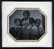 Visualizza Porträt einer vierköpfigen Familie (Vater mit… anteprime su