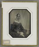Visualizza Frau mit weißer Haube und in gemustertem Klei… anteprime su