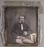 Esikatselunkuvan Knieporträt eines sitzenden jungen Mannes, in… näyttö