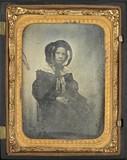Thumbnail preview van Portrait de femme au chapeau, à mi-genoux, as…