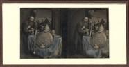 Thumbnail af Homme barbu, en manteau, collier à la main pr…