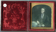 Visualizza Three quarter length portrait of young man wi… anteprime su