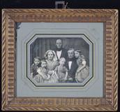 Visualizza Familie mit 7 Personen, Großvater, Eltern und… anteprime su
