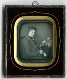 Miniaturansicht Vorschau von Der Porträtierte sitzt mit einer großen Porze…