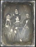 Visualizza Älteres Ehepaar mit ihren beiden Töchtern, di… anteprime su