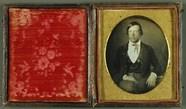 Visualizza Junger Mann mit karierten Hosen, USA, ca. 185… anteprime su
