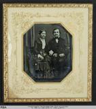 Thumbnail preview of Sitzendes Ehepaar Arm in Arm