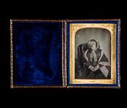 Thumbnail preview van Portrett av eldre, sittende kvinne. Portrait …
