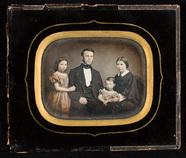 Visualizza Familieportrett med foreldre og to barn anteprime su