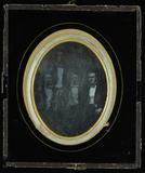 Visualizza Vier junge Männer sitzend, einer steht hinter… anteprime su