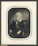 Visualizza Portrait de femme âgée, à mi-genoux, assise d… anteprime su