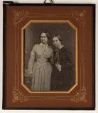 Visualizza Abgebildet sind zwei Frauen, stehend, beide i… anteprime su