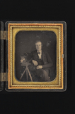 Visualizza portrait of a man, posing with a (his) daguer… anteprime su