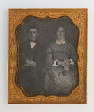 Visualizza Porträt eines Paares. Die Frau hält ein Buch … anteprime su