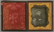Visualizza Three quarter length portrait of a girl weari… anteprime su