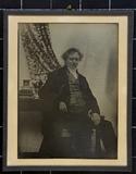 Visualizza Sitzender Mann in gestreifter Weste neben ein… anteprime su