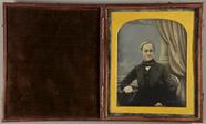 Miniaturansicht Vorschau von Halbportrait eines älteren Gentleman vor kolo…