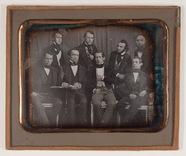 Visualizza Die Abbildung zeigt acht Männer unterschiedli… anteprime su