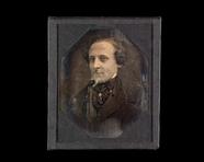 Visualizza Portrett av mann med krøllete hår og halsbind… anteprime su