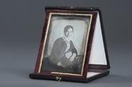 Miniaturansicht Vorschau von Porträt (Halbfigur) einer jungen Dame an eine…