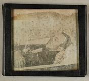 Visualizza Leiche eines jungen Mannes- halbfigurig, auf … anteprime su
