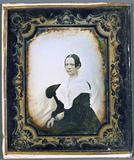Miniaturansicht Vorschau von Porträt einer Frau vor weißem textilen Hinter…