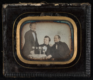 Visualizza Portrait of three men sitting at a table. Fre… anteprime su
