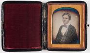 Visualizza Portrett av en ung mann med rutete vest og bl… anteprime su