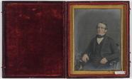 Visualizza Portrett av en ung mann sittende i en stol ve… anteprime su