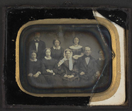 Visualizza Gruppebilde med åtte personer, forfatteren Kr… anteprime su