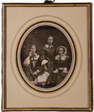 Visualizza Frau Völklein mit ihren zwei Töchtern um 1852 anteprime su