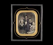 Visualizza Portrett av familiegruppe (?) med en pike på … anteprime su