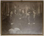 Visualizza Ein Vater mit seinen sechs Söhnen anteprime su