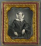 Visualizza Halbportrait einer sitzenden Frau mit weißem … anteprime su