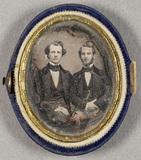 Visualizza Puolikuvassa kaksi nuorta miestä. anteprime su
