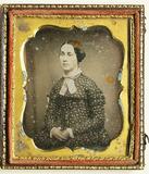 Visualizza Porträt einer Frau mit getupftem Kleid. USA. anteprime su
