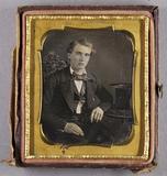 Visualizza Halbporträt eines sitzenden jungen Mannes, di… anteprime su