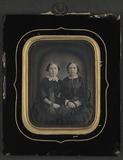 Visualizza Dobbeltportrett av to sittende kvinner.  Doub… anteprime su