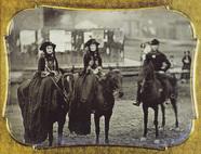 Forhåndsvisning av Strassenbild mit drei Leuren zu Pferd. Ein Am…
