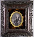 Prévisualisation de Halbporträt einer sitzenden Frau mit Hut und … imagettes