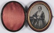 Visualizza portret van een vrouw, frontaal, zittend, dri… anteprime su