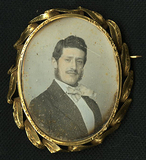 Visualizza Gold brooch containing a dagerreotype portrai… anteprime su